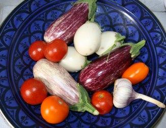 BlaueSchalemitAuberginen_Tomaten
